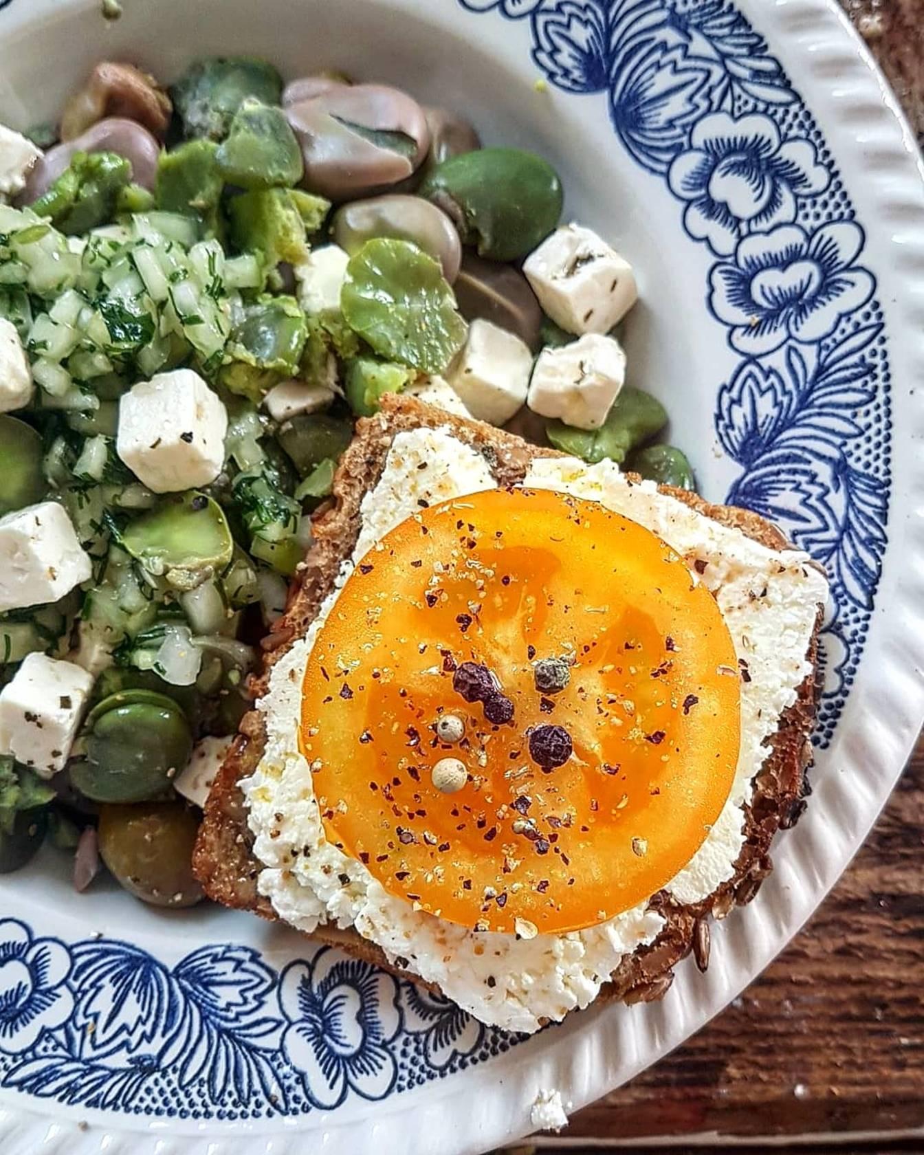 Sałatka z bobu i fety z salsą ogórkowo-ziołową - przepisy z serem feta.