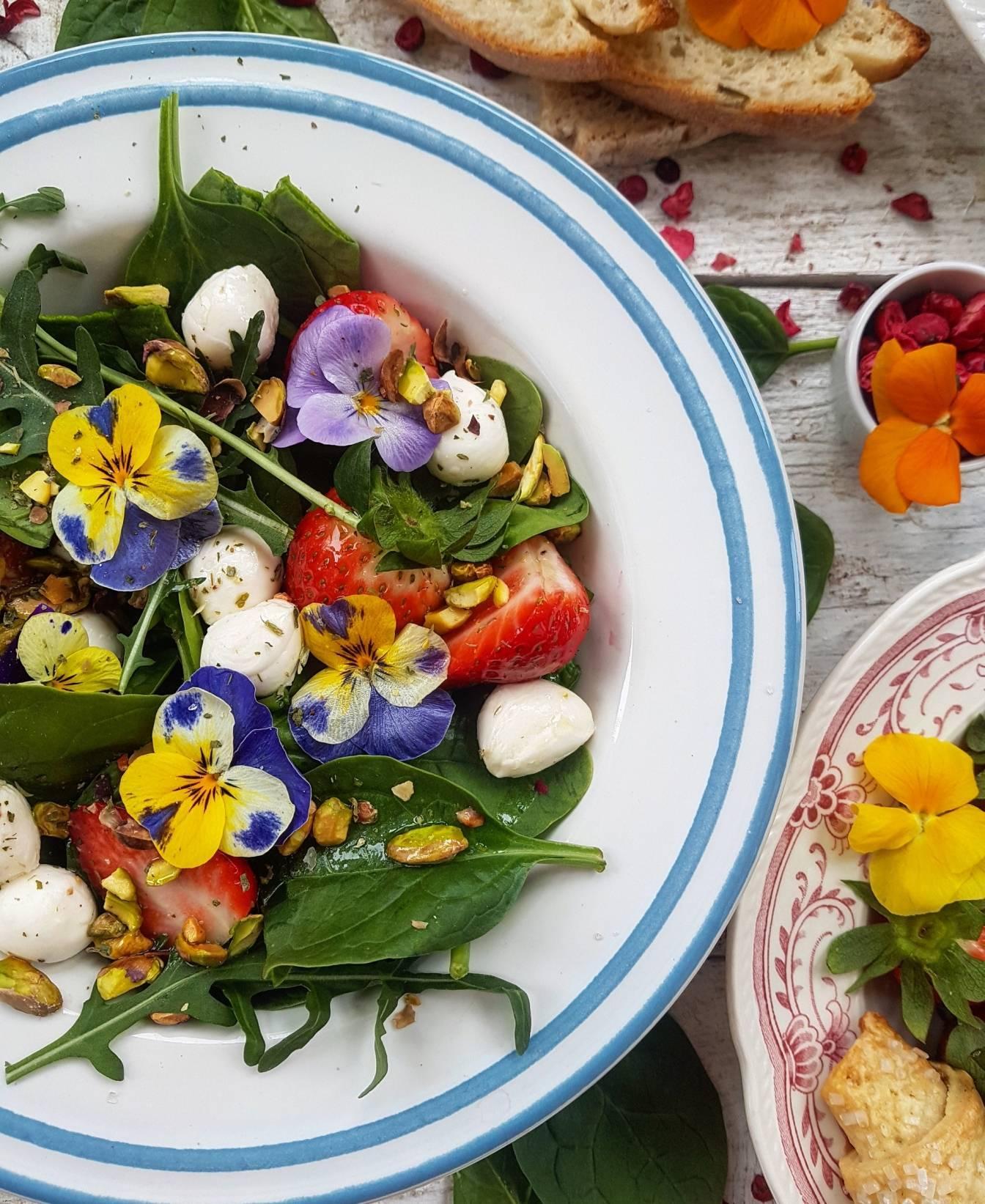 Sałatka z bratkami, owocami, mozzarellą i pistacjami. Przepisy z kwiatami jadalnymi Agnieszki Żelazko.