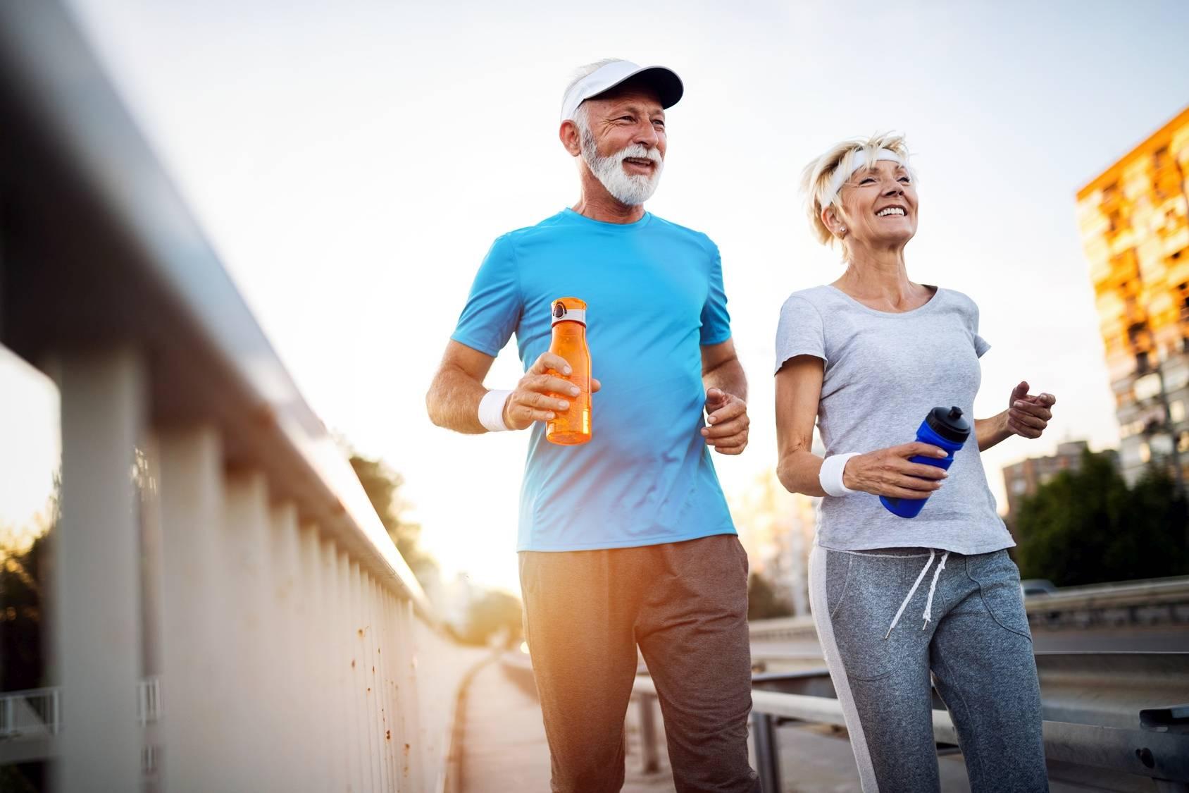 Slow jogging - sposób na długowieczność. Para seniorów biega po mieście.