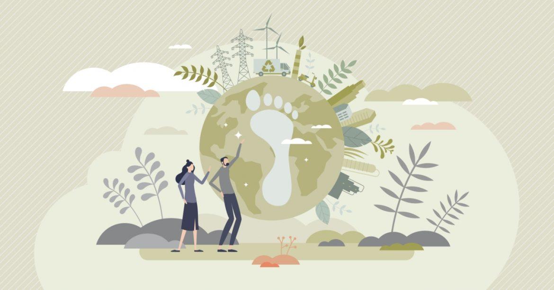 Czym jest ślad węglowy i idea less waste? Ilustracja przedstawiająca koncept śladu węglowego - zielona stopa na planecie porośniętej drzewami, obok stoją kobieta i mężczyzna.