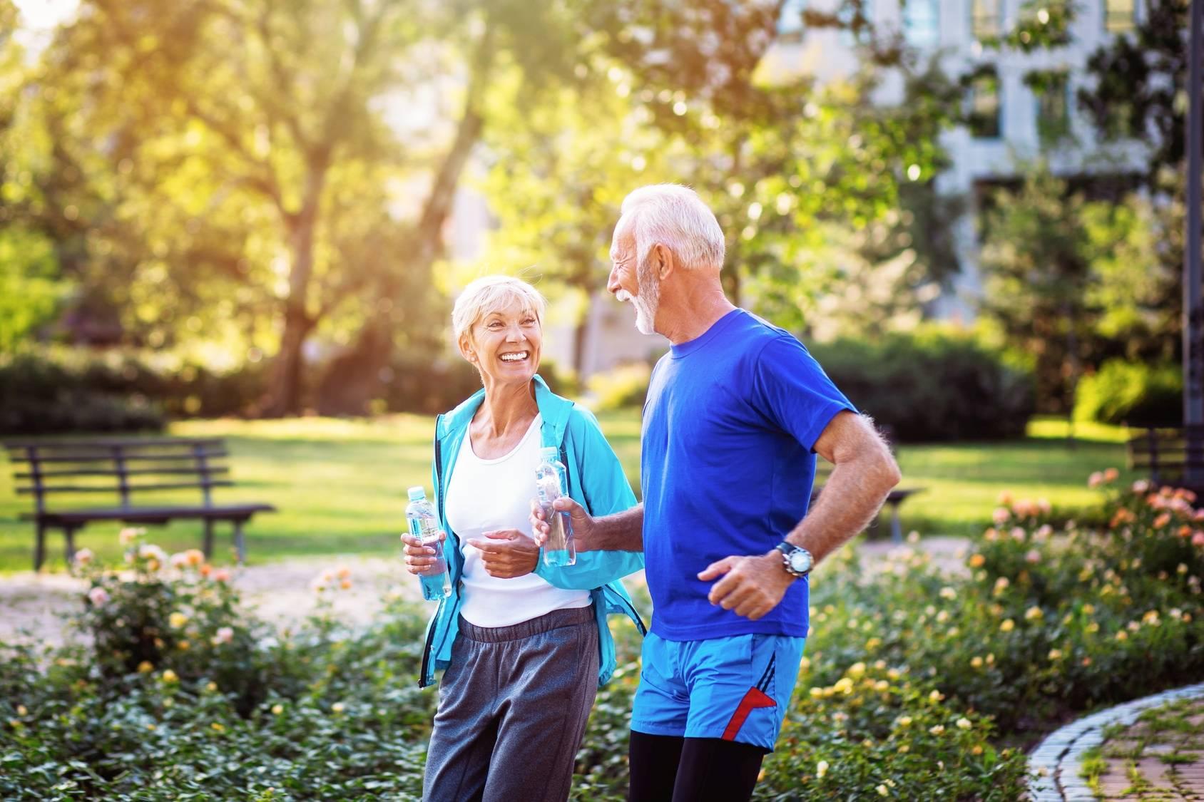 Para seniorów uprawia slow jogging.