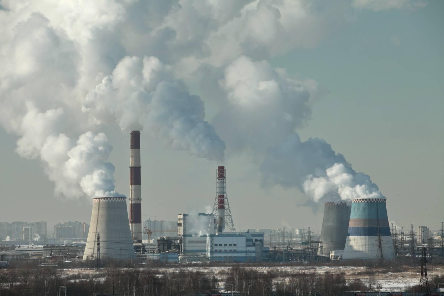Dym z kominów nad miastem - jak walczyć ze smogiem?