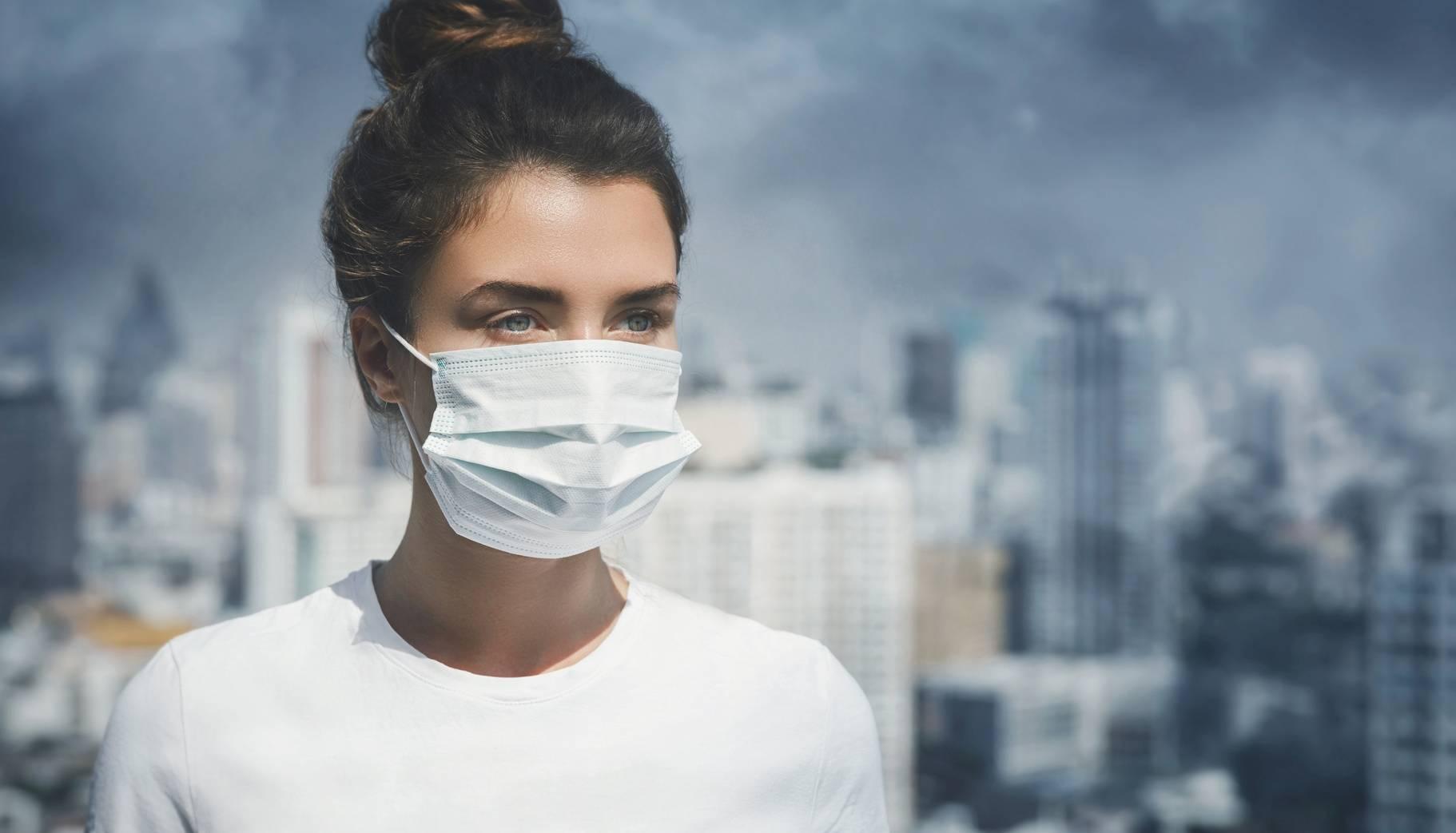 Kobieta nosząca maseczkę antysmogową - walka ze smogiem.
