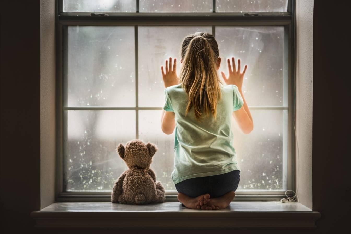 Dzieci w depresji, z myślami samobójczymi wołają o pomoc. Mała dziewczynka i pluszowy miś wyglądają przez okno.