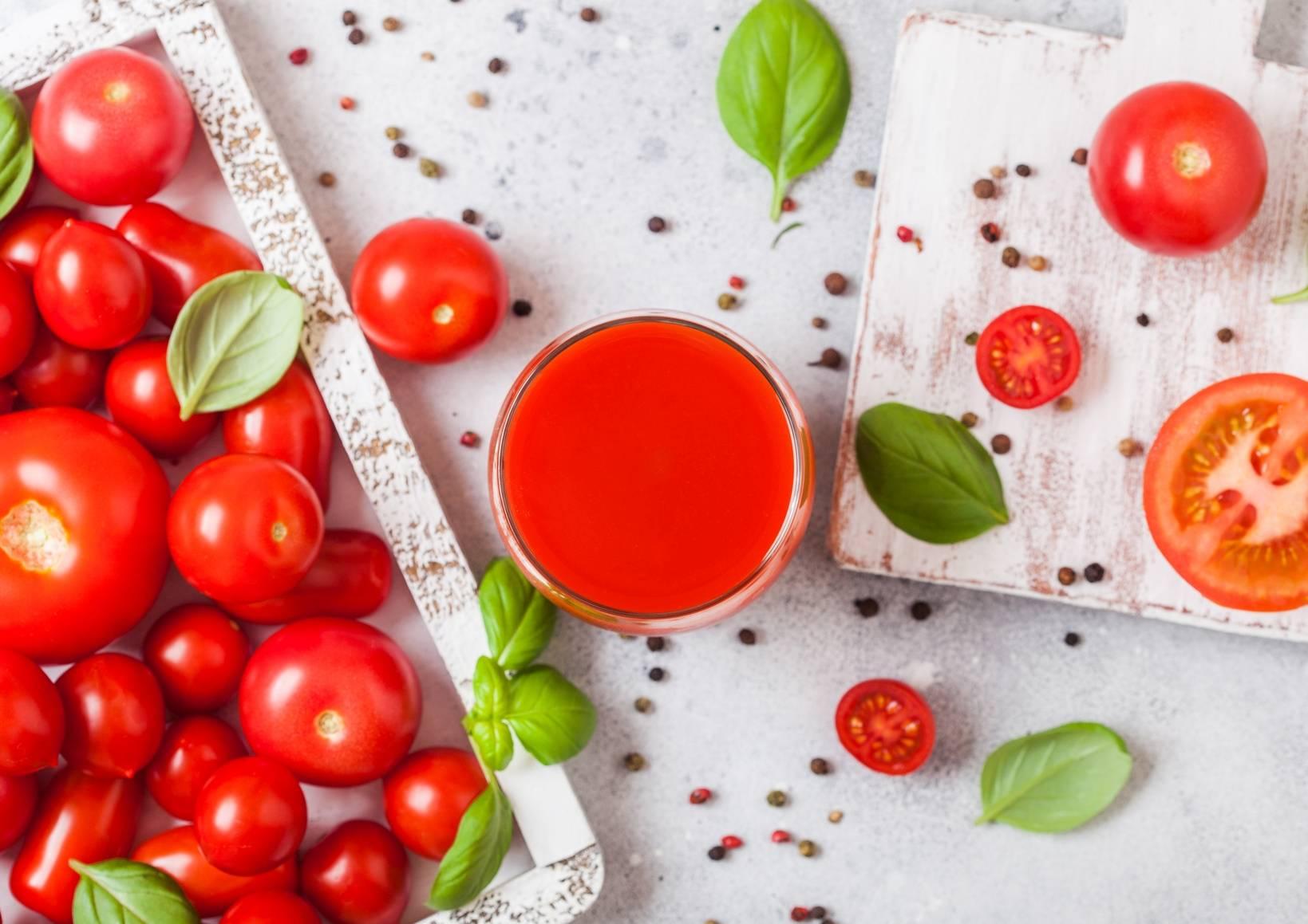 Przepis na sok z turbodoładowaniem z pomidorami, selerem naciowym, oliwą i bazylią.