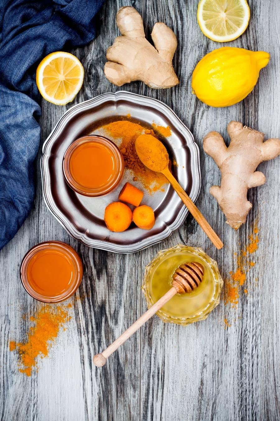 Przepis na sok z turbodoładowaniem z marchewki, brzoskwini, pomarańczy, kurkumy i oliwy.