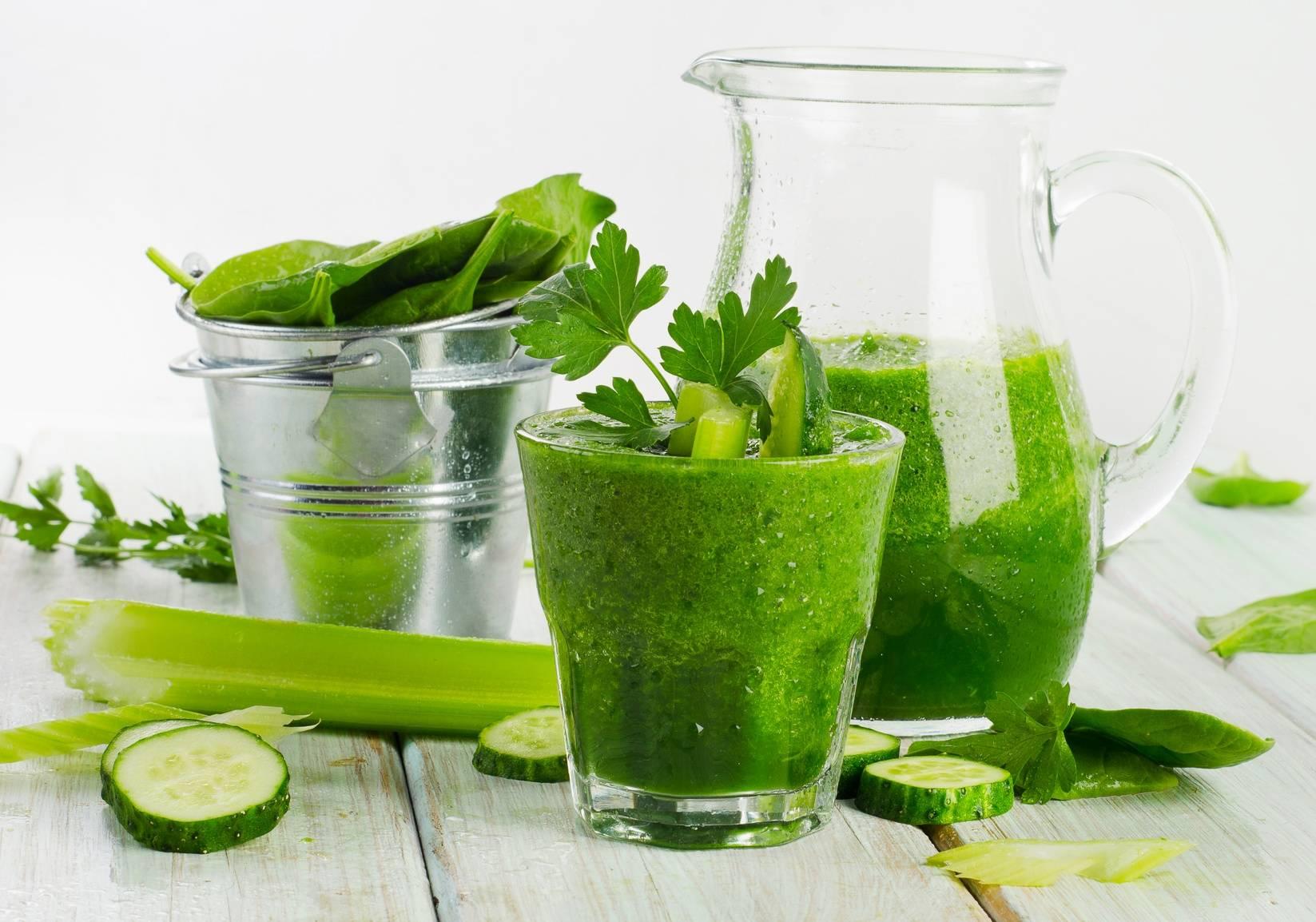 Przepis na sok z turbodoładowaniem z jabłkiem, kiwi, zielonym ogórkiem, sokiem z cytryny i selerem naciowym.