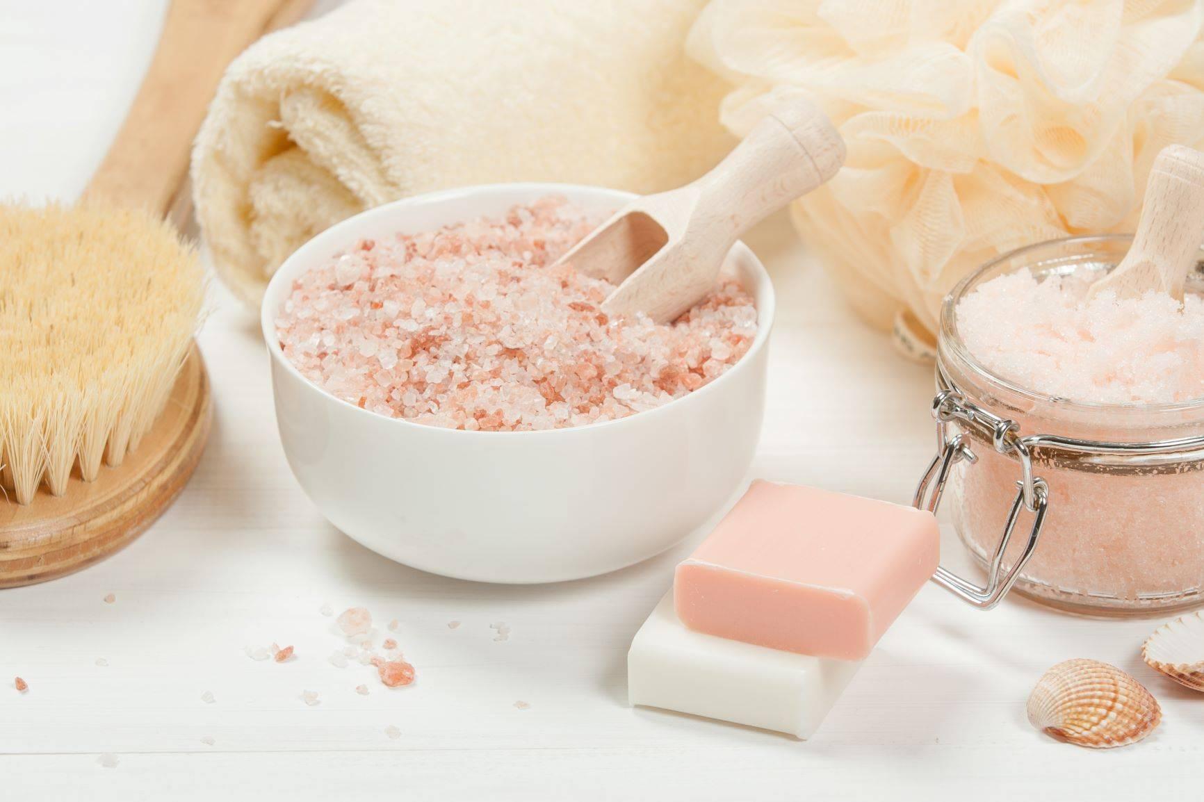 Sól morska jako wszechstronny kosmetyk do ciała. Jak ją stosować?