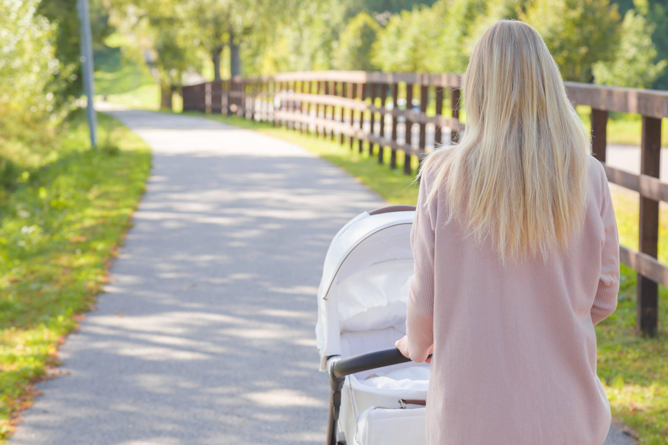 Połóg i opieka nad noworodkiem w czasie pandemii - jakie są zalecenia? Czy można wyjść na spacer z dzieckiem?