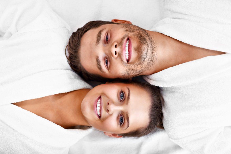 Stres kobiecy i stres męski - jak stresują się kobiety, a jak mężczyźni? Szczęśliwa para relaksuje się w SPA.