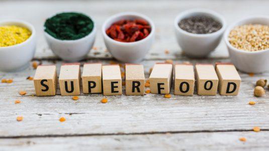 Czy superfood to superżywność czy supermarketing? Sprawdź, które produkty superfoods są warte uwagi.
