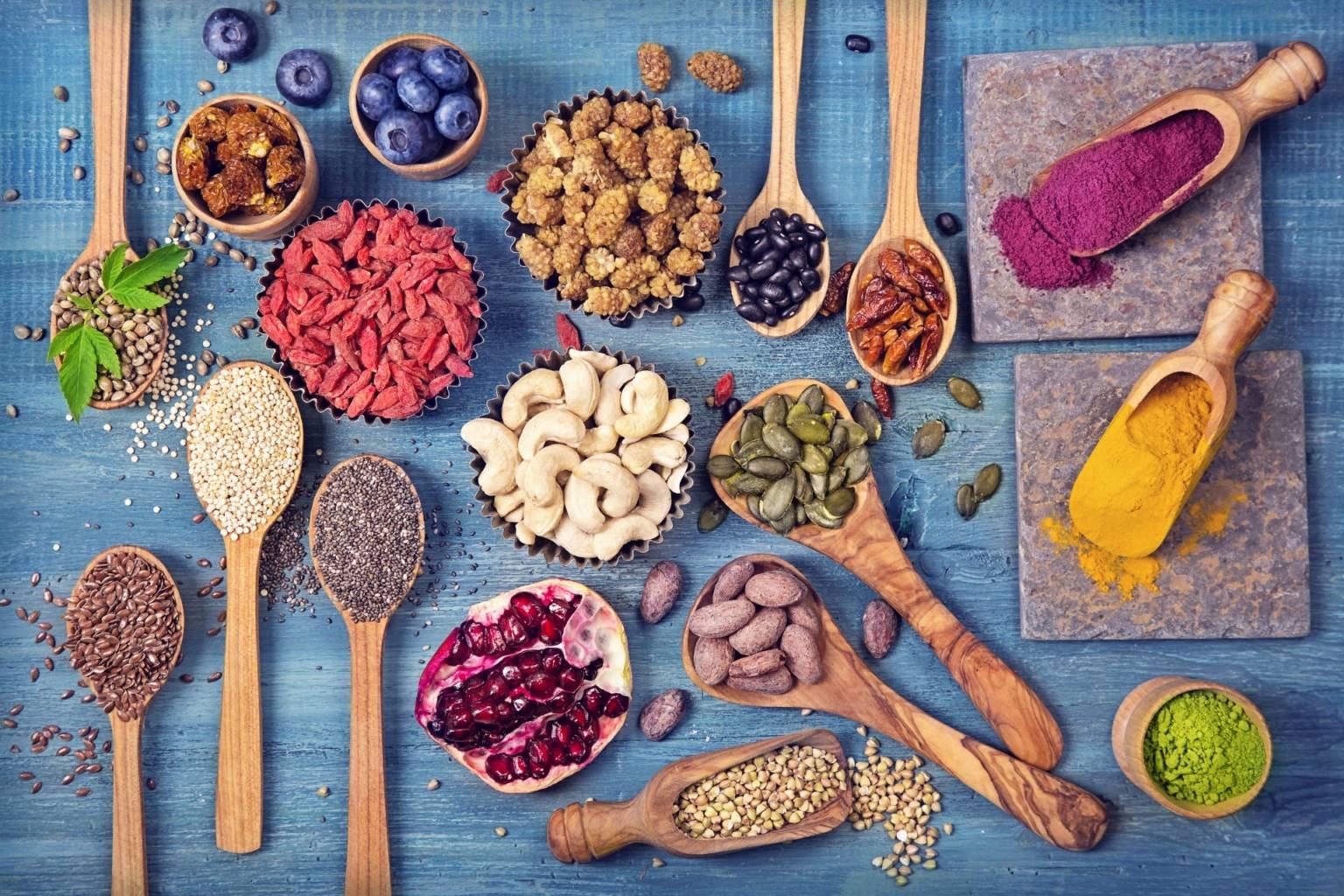 Czy superfood to superżywność czy supermarketing? Sprawdź, czy superfoods, takie jak jagody goji i młody jęczmień, są warte uwagi.