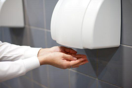 Dlaczego lepiej nie suszyć rąk suszarką?