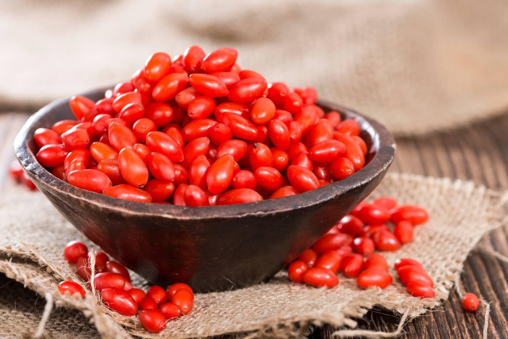 Świeże jagody goji zawierają dużo witaminy C.