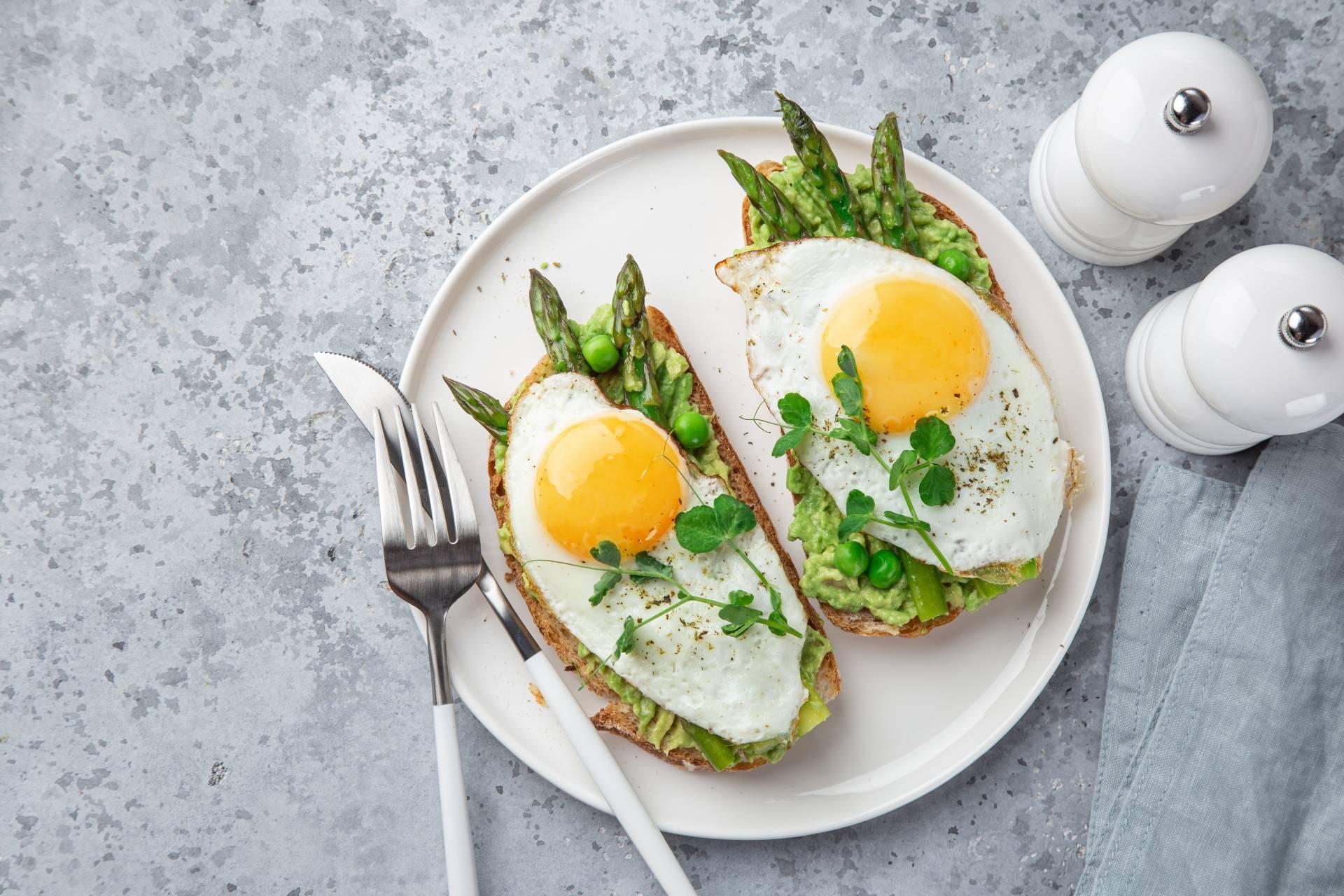 Tost z awokado, szparagami i jajkiem sadzonym - sprawdź przepis na szparagi.