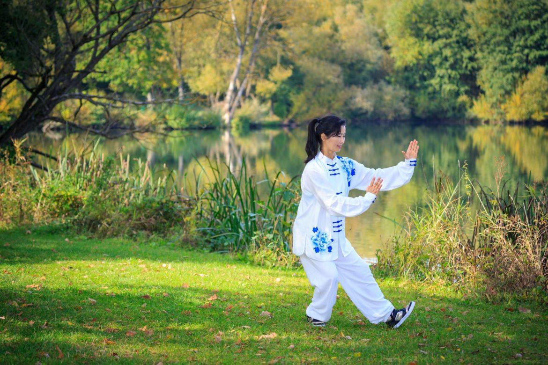 Qigong, czyli jak osiągnąć długowieczność. Azjatka trenuje Qigong lub Tai chi.