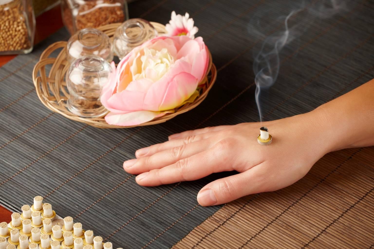 Moksowanie w medycynie chińskiej - na czym polega moksa, jakie są jej rodzaje i jak ją stosować np. na dłoni?
