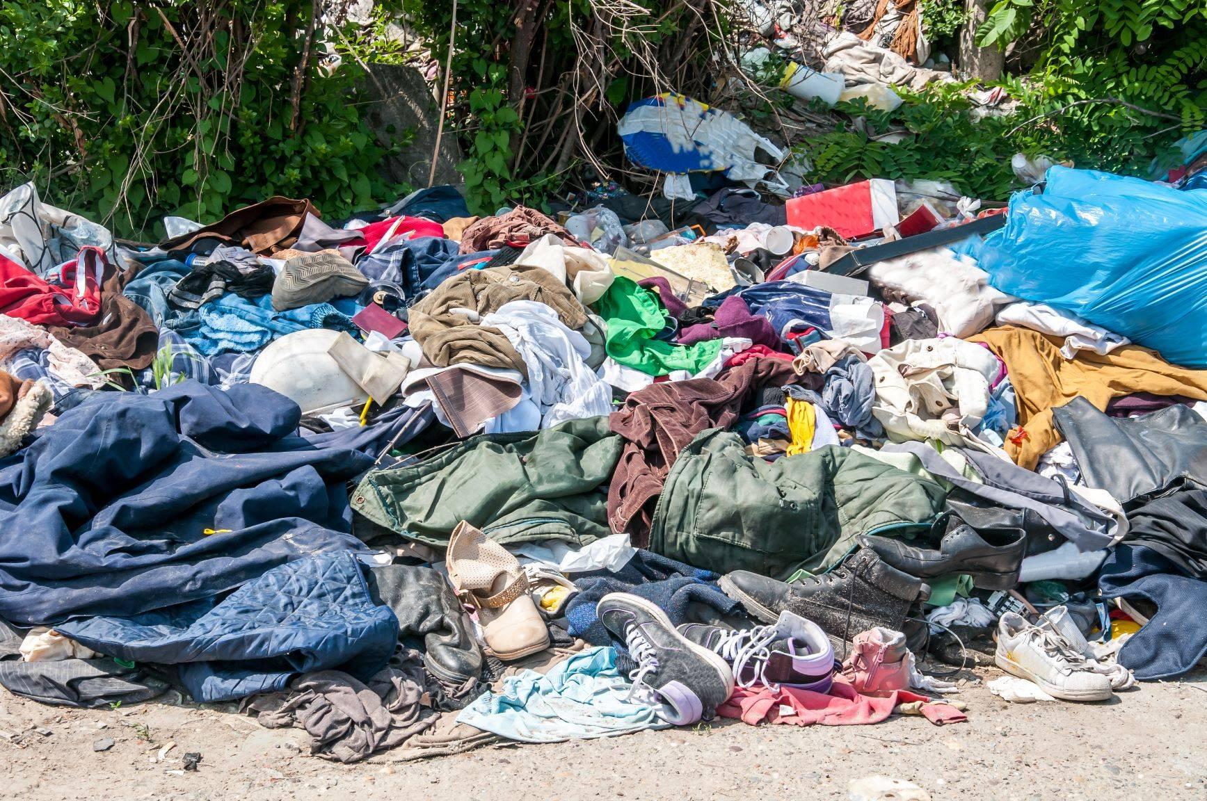 Ubrania na wysypisku śmieci.