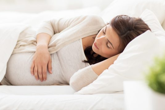 Dlaczego w trzecim trymestrze ciąży nie powinno się spać na plecach?