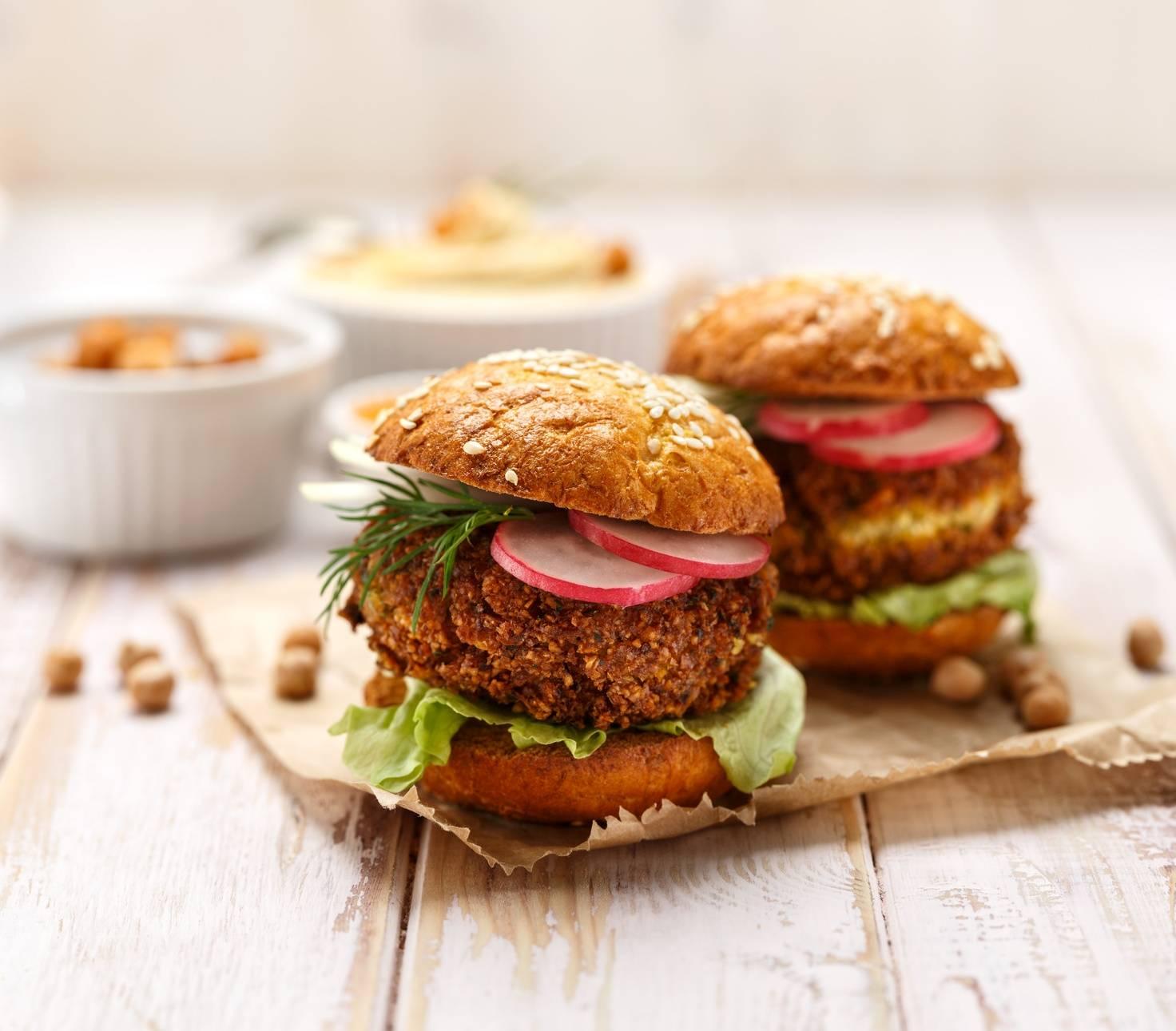 Sprawdź przepis na wegański burger z ciecierzycy. Zobacz jak przygotować wegańskie smakołyki dla mięsożerców np. burger wegański z cieciorki.