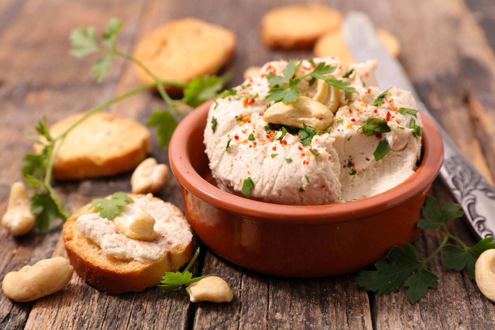 Sprawdź przepis na wegański smalec z białej fasoli. Zobacz jak przygotować wegańskie smakołyki dla mięsożerców.