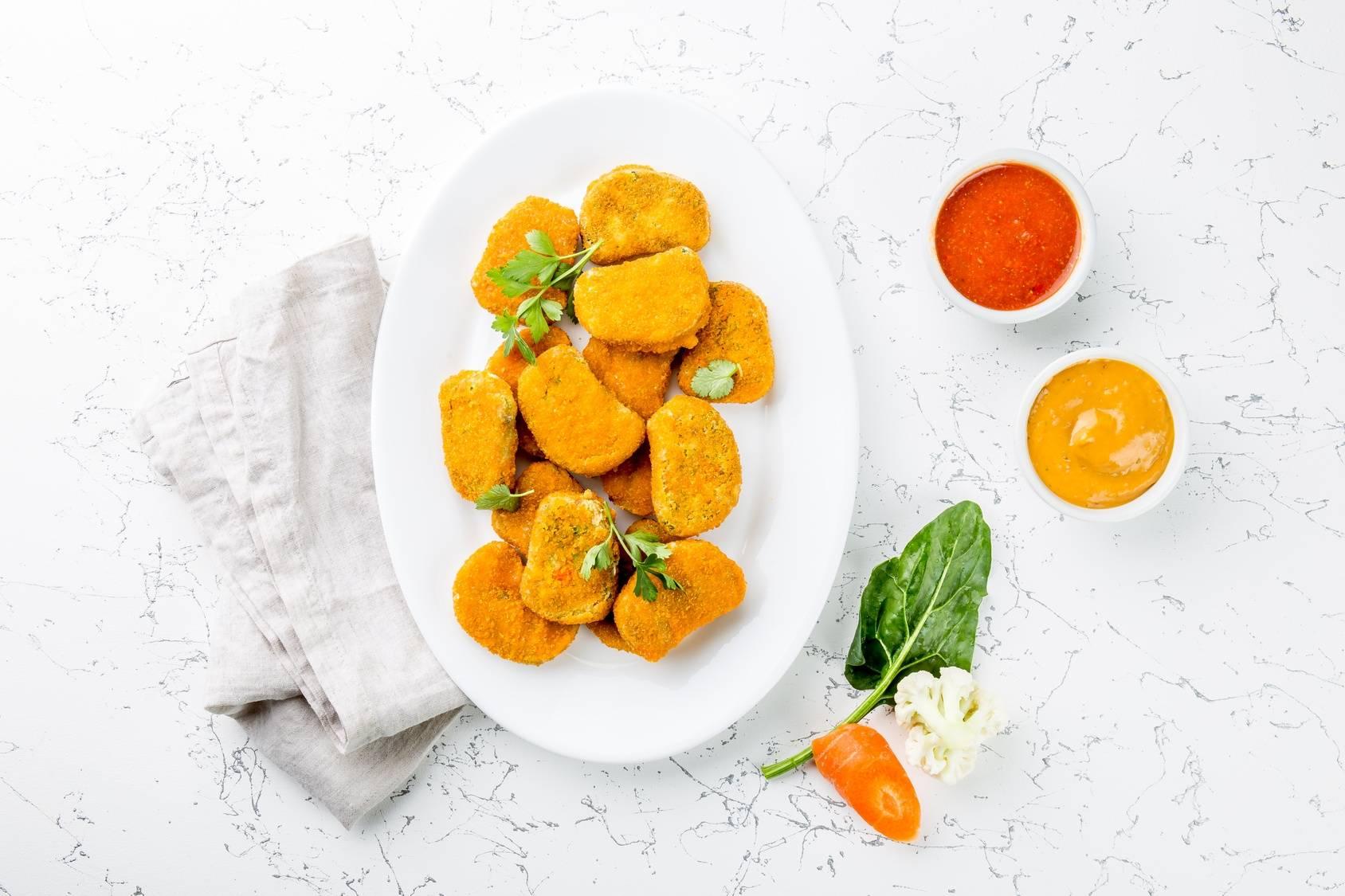 Sprawdź przepis na wegańskie nuggetsy z boczniaków. Zobacz jak przygotować wegańskie smakołyki dla mięsożerców np. nagetsy w panierce.