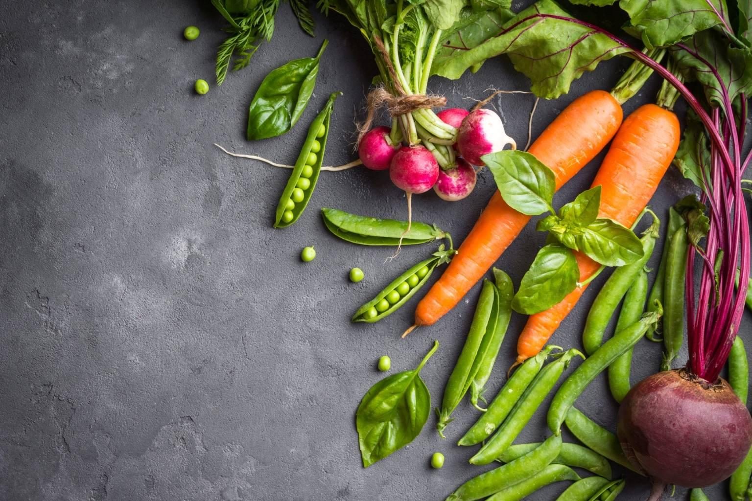 Marchewka, groszek, rzodkiew i burak leżą na betonowym blacie. Na czym polega wegetarianizm?