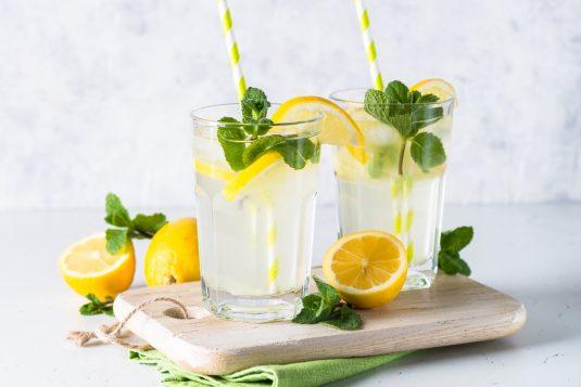 Przepisy na wiosenne wody smakowe - woda z cytryną, miętą i pokrzywą.