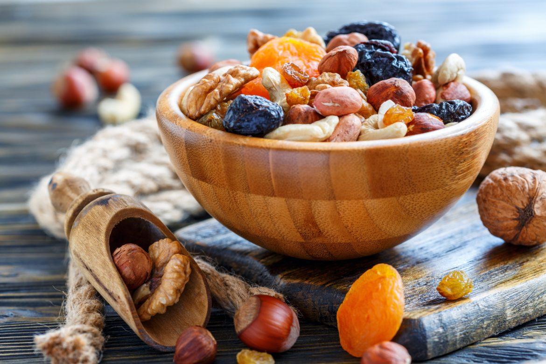 Jak kupować orzechy i bakalie, aby były dobrej jakości? Orzechy i bakalie w drewnianej misce.