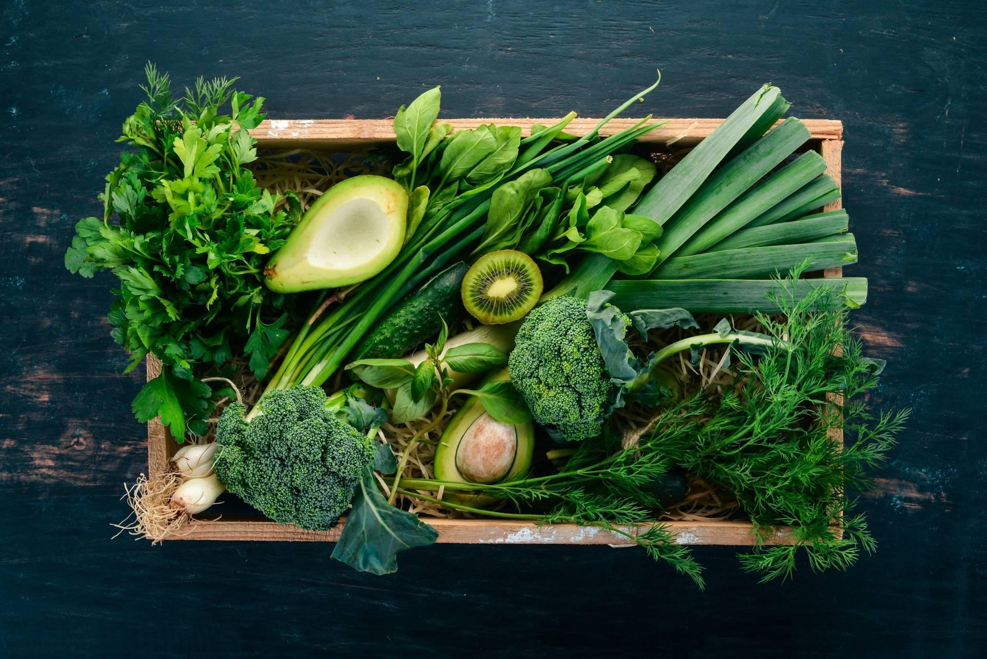 Dieta przy anemii - produkty bogate w żelazo, kwas foliowy i witaminę B12. Zielone warzywa i owoce w skrzynce.