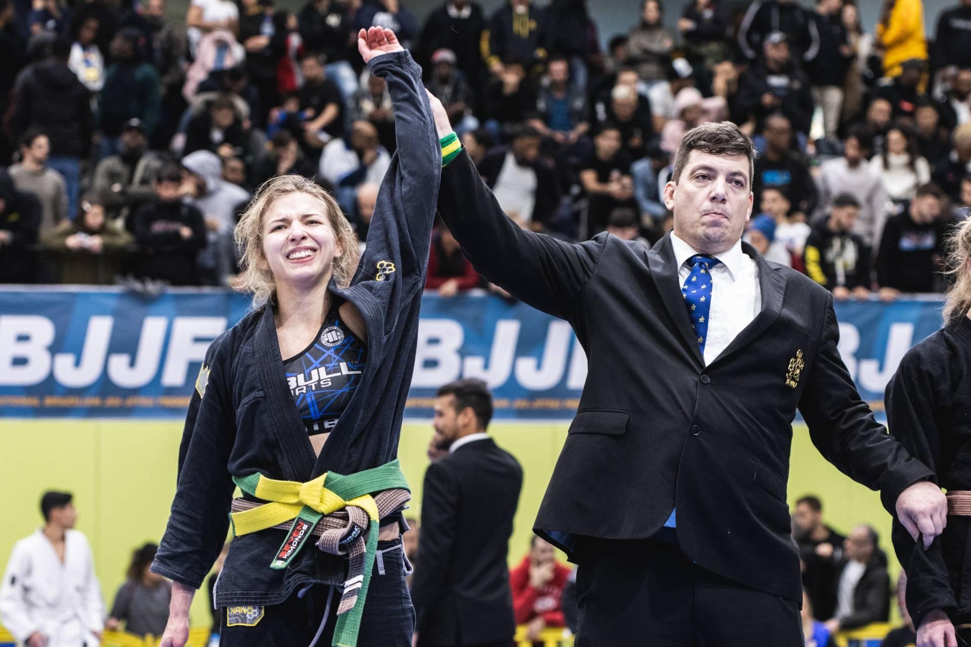 Zofia Szawernowska, mistrzyni świata w grappingu, stoi na arenie, sędzia podnosi jej rękę, by ogłosić, że wygrała zawody.