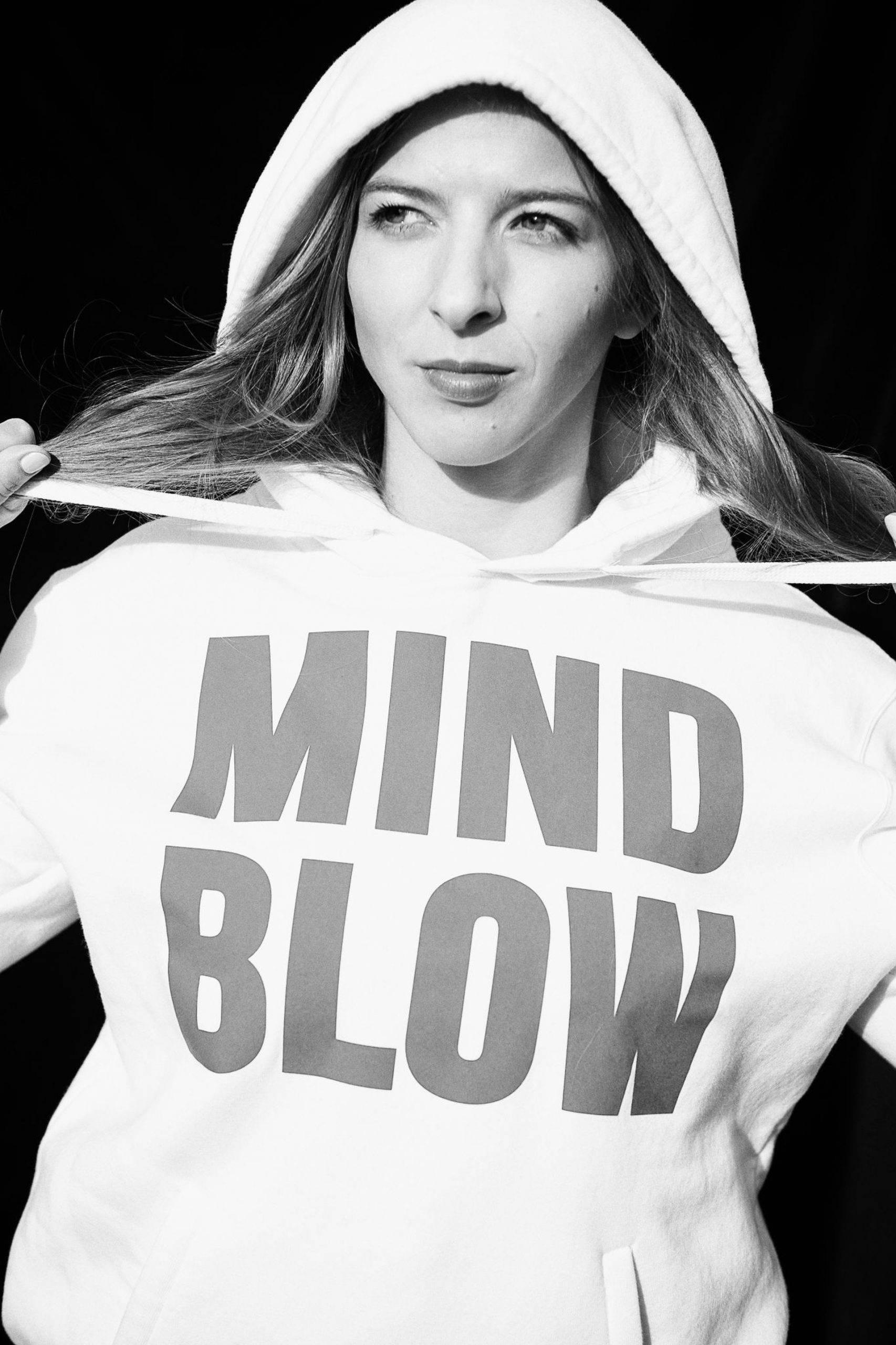 Zofia Szawernowska, psycholog sportu, mistrzyni świata w grappingu, stoi na środku kadru, w białej bluzie z napisem Mind Blow.